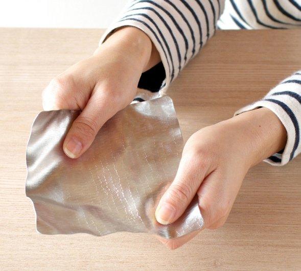 錫製だが、紙のように曲げられる(画像提供:シマタニ昇龍工房)