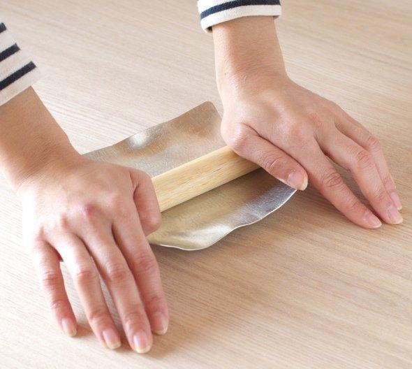 丸い棒を転がすと、元通りのまっすぐな板に(画像提供:シマタニ昇龍工房)