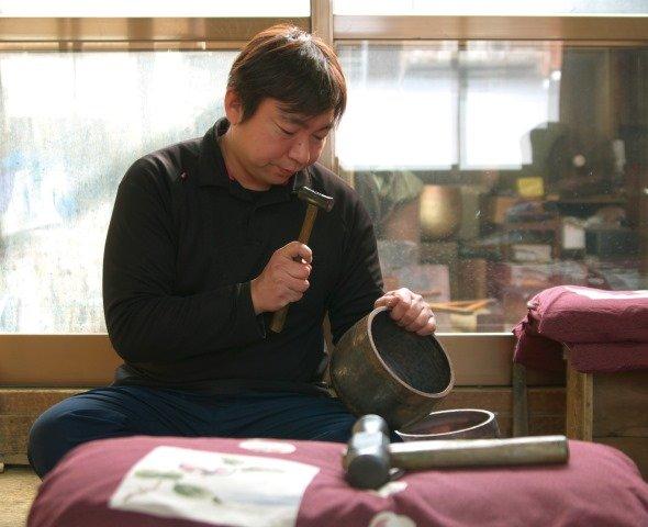 「おりん」製作中の島谷好徳さん(画像提供:シマタニ昇龍工房)