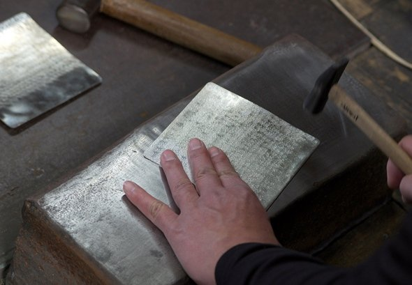 金槌で叩くながら「すずがみ」を作る(画像提供:シマタニ昇龍工房)