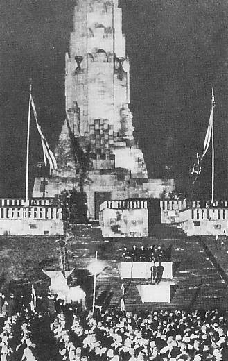 「八紘一宇の塔」竣工式(Wikimedia Commonsより)