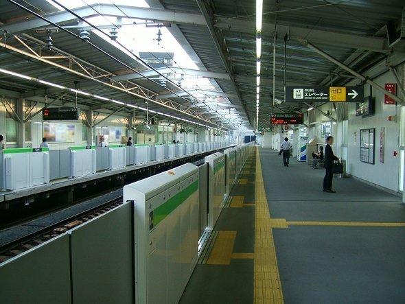 不動前駅ホーム(LERKさん撮影、Wikimedia Commonsより)