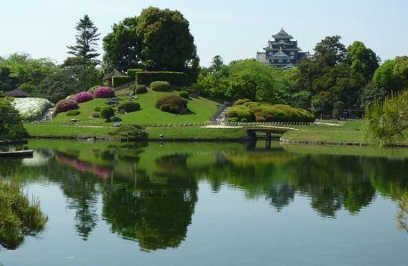 後楽園から岡山城を望む(Fjkelfeimvvnさん撮影、 Wikimedia Commonsより)