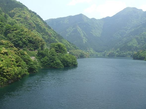満水時の早明浦ダム画像(As6022014さん撮影、Wikimedia Commonsより)