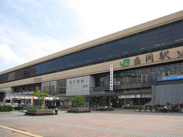 盛岡駅(Angauritsさん撮影、Wikimedia Commonsより)