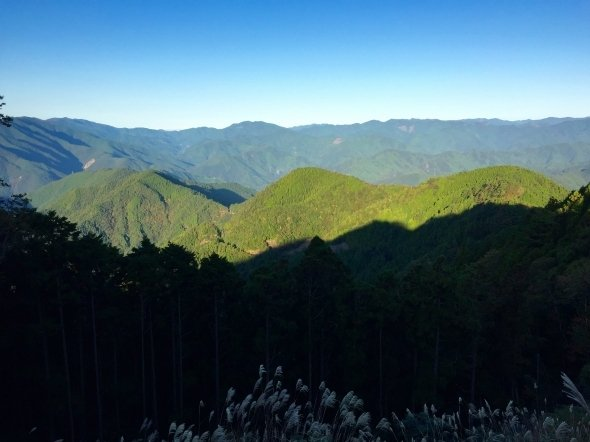 玉置山山頂付近から十津川の山並みを眺める。