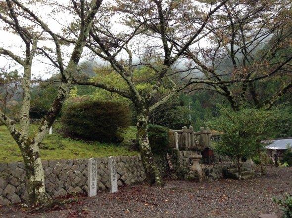 楠木正勝の墓所。佐久間信盛の墓も同じ場所にある。