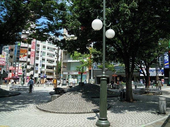 神戸市さんきたアモーレ広場、通称パイ山(DVMGさん2013年撮影、Wikimedia Commonsより)