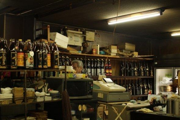 おじさんまでレトローー!! ビールは冷蔵庫から自分で。