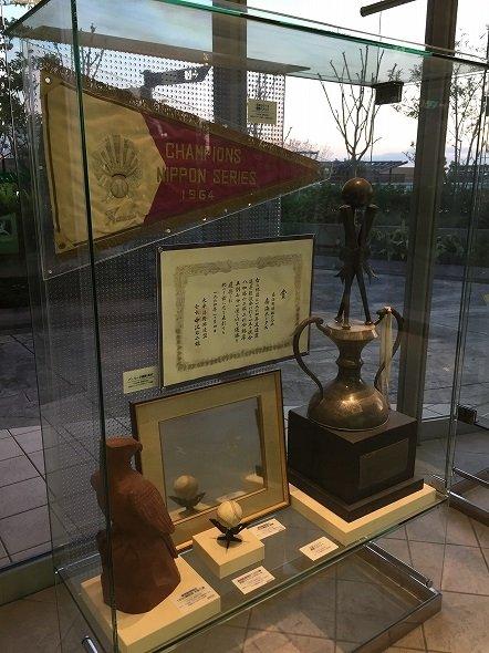 大阪・なんばパークスの「南海ホークスメモリアルギャラリー」にある1964年日本シリーズの優勝旗(2017年4月22日 記者撮影)