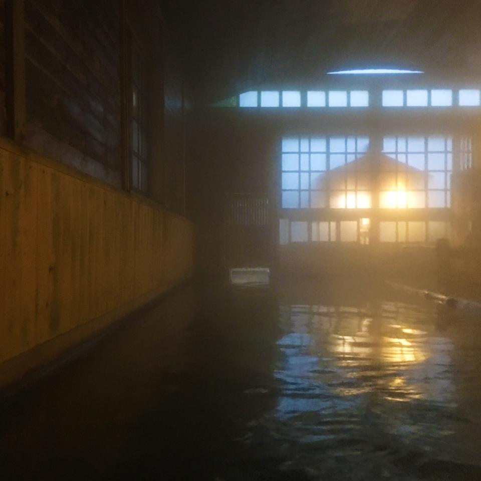 すごい広さの千人風呂の湯船