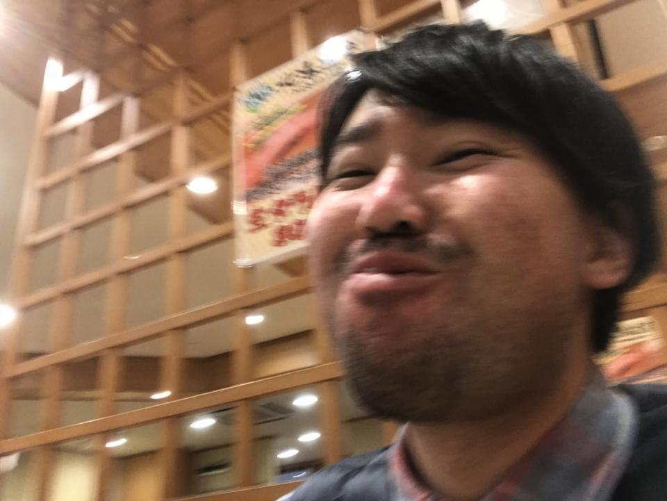寿司が美味しすぎてテンションが上がったのか、なぜか自撮りしていた。ブレブレだ
