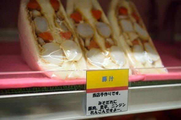 みそだれに、豚肉、里芋、ニンジンなどがぎっしりの「豚汁」(「立山サンダーバード」公式Facebookより)