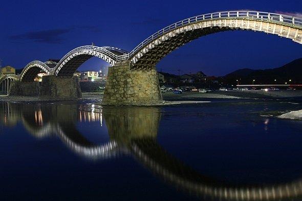 錦帯橋(d. FUKAさん撮影、Wikimedia Commonsより)