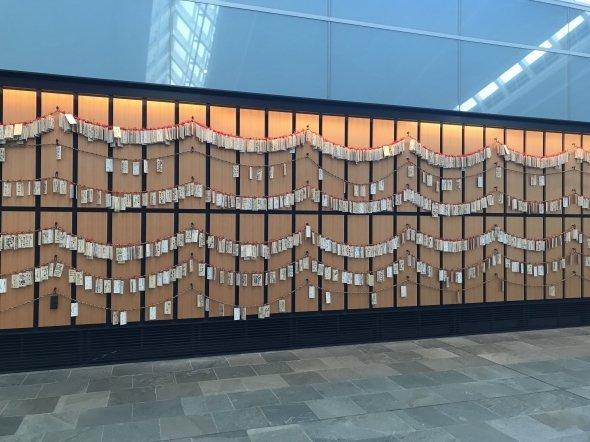 木札を飾った壁面