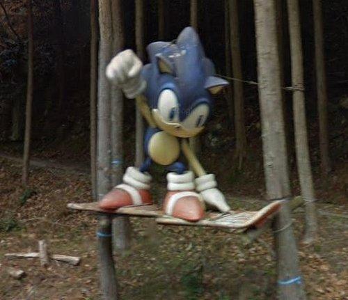 三重県伊賀市の山道にあるソニックのオブジェ(C)Google