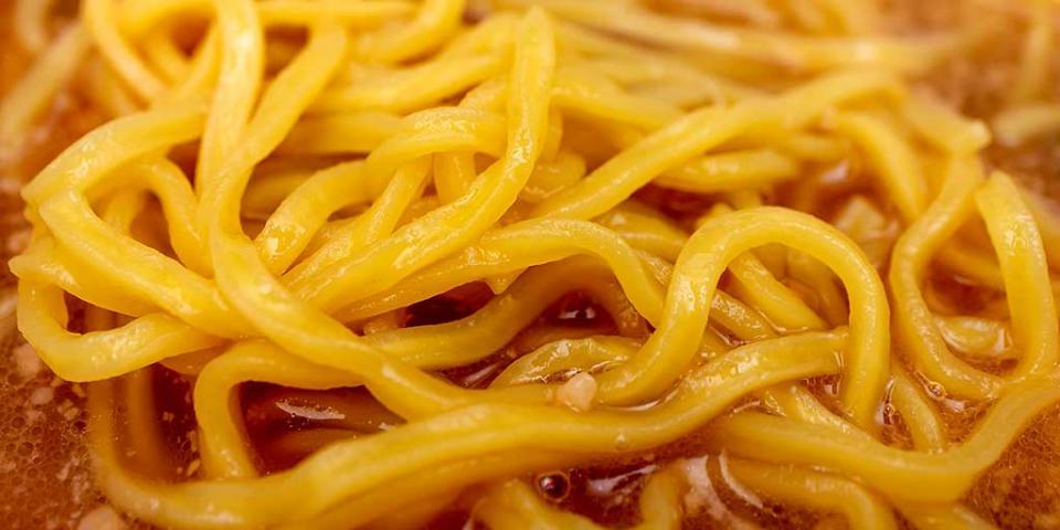 黄色みの強い多加水ノンフライ麺