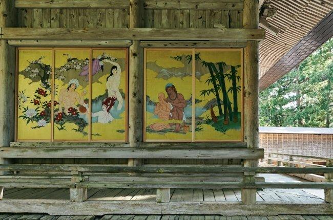 本堂の壁を覆う形で展示される