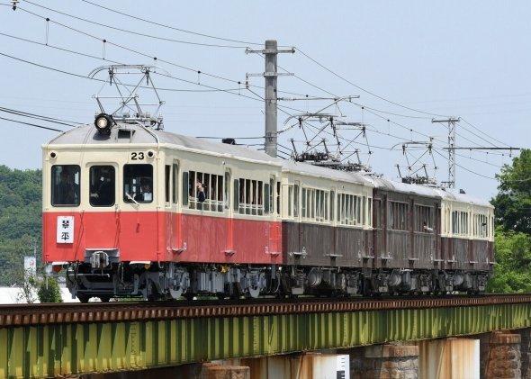 動く博物館のようなレトロ電車が4両で走る光景もあとわずかに(T線痛勤⊿(@KHK1643)さんのツイートより)