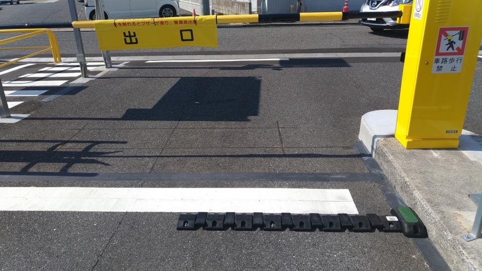 写真下側の黒い横長の物体が車両検知センサー。センサーを車が踏むことで自己発電をしてデータを送信する