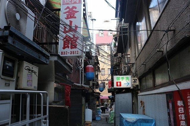 「東上野コリアンタウン」の路地裏(画像は、2019年12月15日、編集部撮影、以下同)