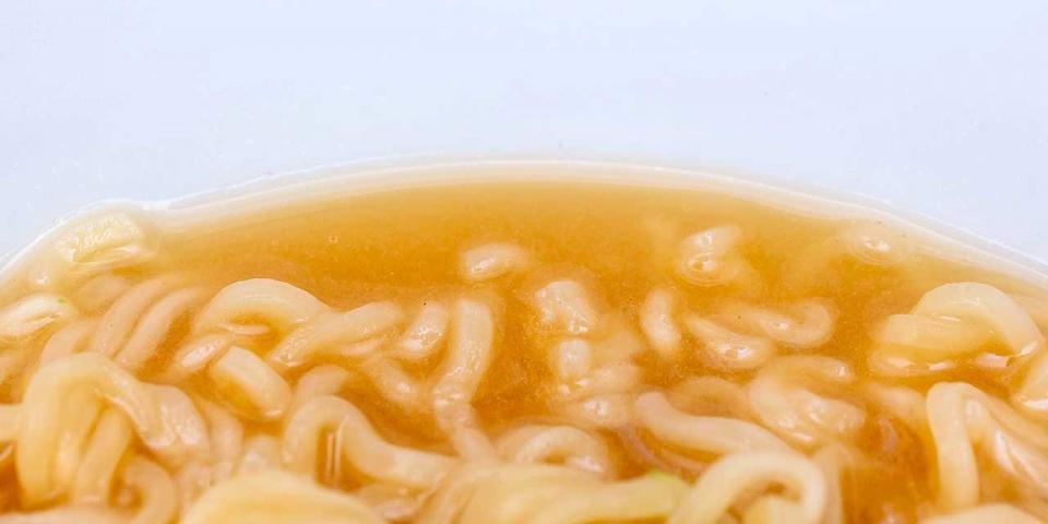 スープは麺に練り込まれた豆乳が溶け出して白く濁っている