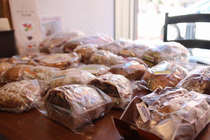 カフェのテーブルを1つ潰して並ぶパン。地元産の小麦を使った商品だという
