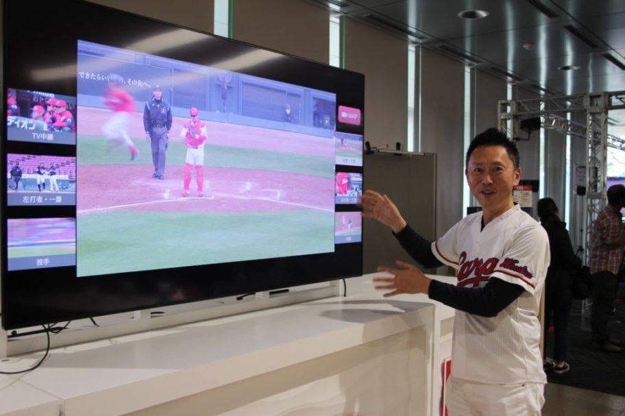 マルチアングル視聴の画面を映したディスプレイと広島県商工労働局・中井哲也さん