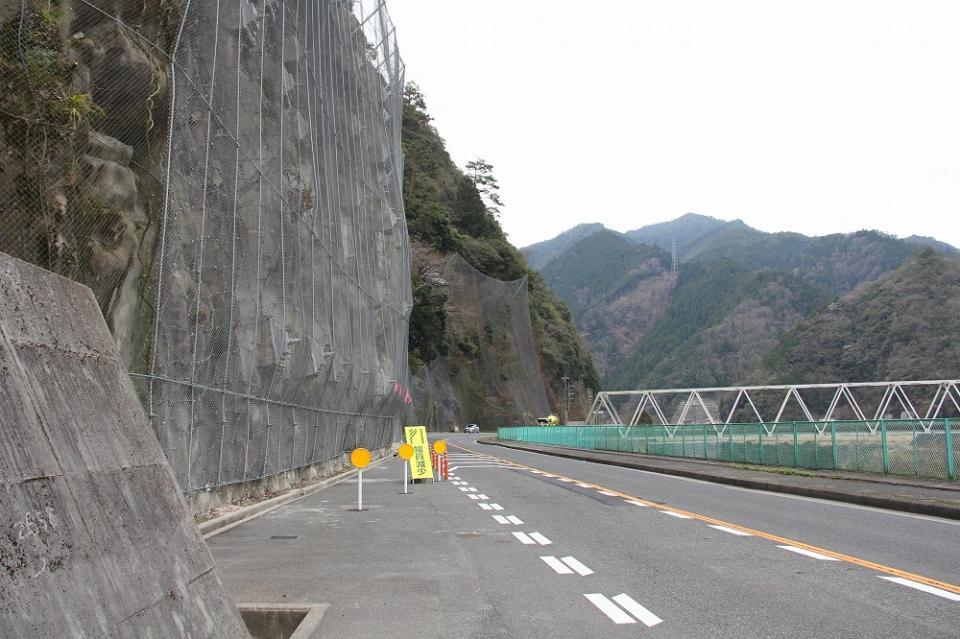 崩落現場。右手は太田川が流れる
