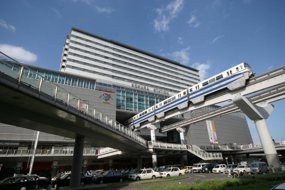 小倉駅はモノレールも走っていて近代的だ