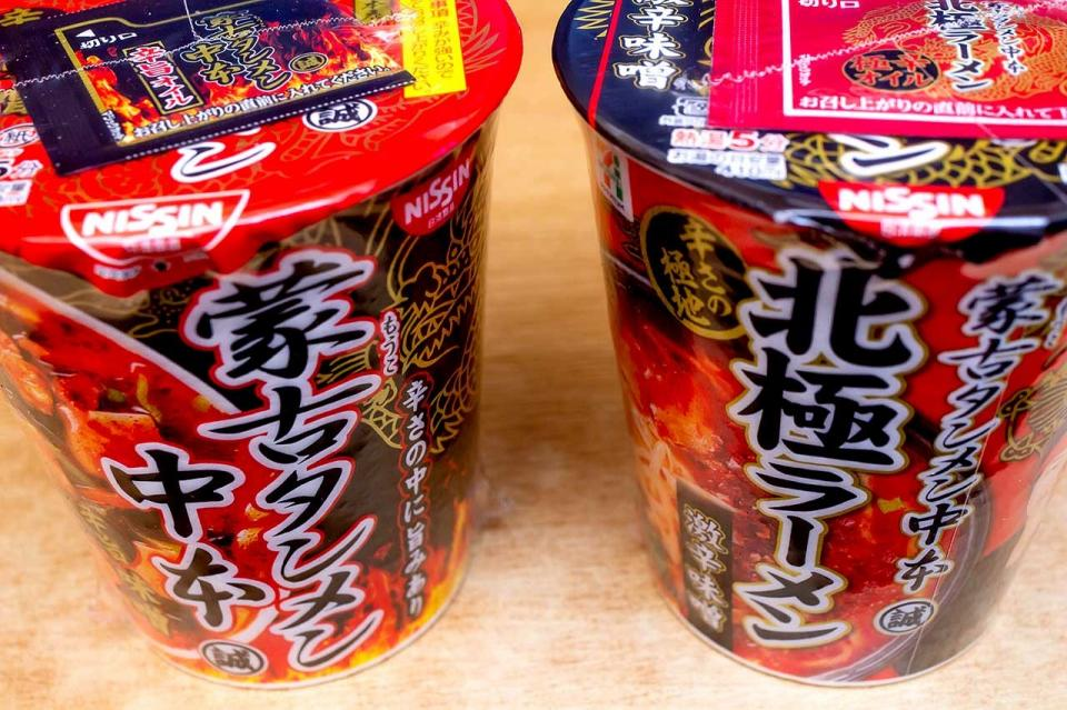 レギュラー商品の「辛旨味噌」(左)と夏季限定の「北極ラーメン」(右)