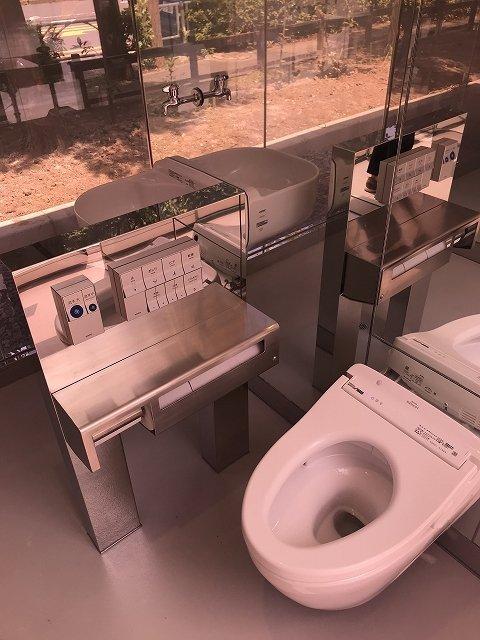 女性用トイレ。写っていないが手前には手洗い場がある