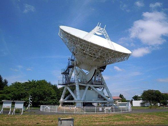 岩手県奥州市の水沢VLBI観測所内にある20mアンテナ(Yauchiさん撮影、Wikimedia Commonsより)