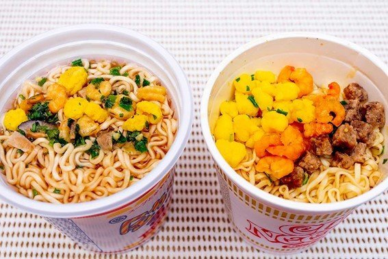 スープが見える金ちゃんヌードル(左)とスープが見えないカップヌードル(右)