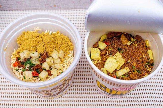 金ちゃんヌードルカレー(左)とカップヌードルカレー(右)スープ粉末の色がだいぶ違う
