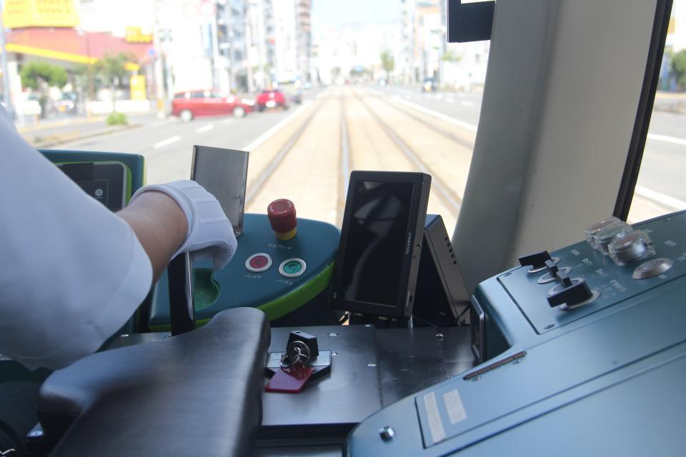 支援モニタはこのように運転席に設置される(編集部撮影)