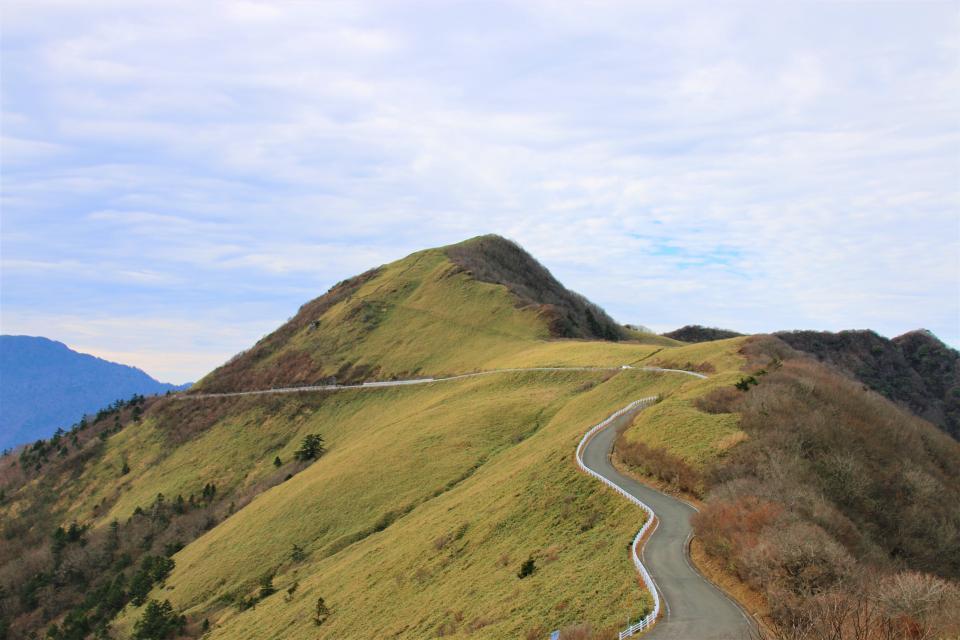 「UFOライン」(雄峰ライン)。正式名称は「町道瓶ヶ森線、瓶ヶ森西線」。例年11月末から4月中旬まで冬季閉鎖される。