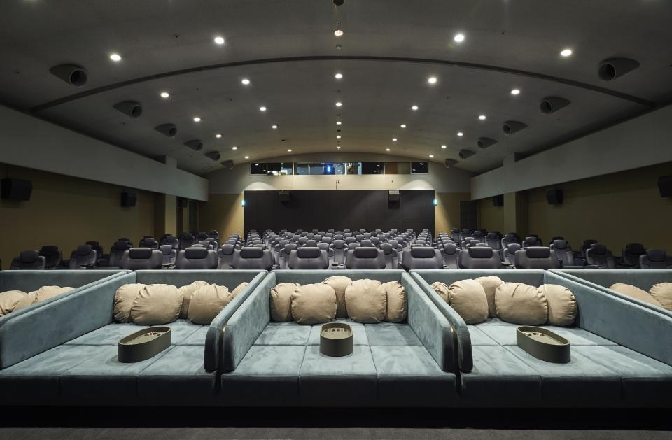 映画館にベッドがある...!(画像は新所沢レッツシネパークより提供)
