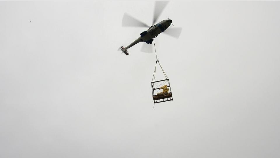 そのまま空へ(画像は名古屋城金シャチ特別展覧実行委員会提供動画より)
