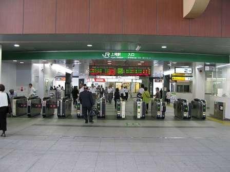 上尾駅改札口(京浜にけさん撮影, Wikimedia Commonsより)