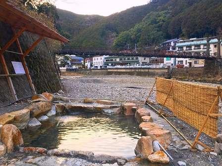 川や吊り橋が目の前に見える露天風呂