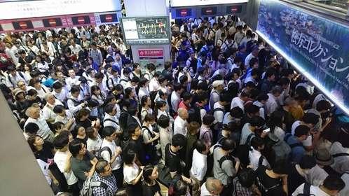 人、人、人で溢れかえっている(画像はしずくβさん(@siz33)提供、京王線新宿駅連絡口)