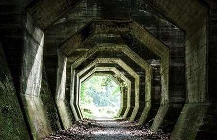 なぜ八角形? 美しくも不思議な廃墟トンネルの謎を探る