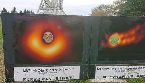 ブラックホール になりきって写真撮影...? 岩手の天文台にある斬新過ぎる顔出しパネルが話題
