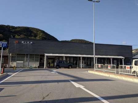立派な駅舎と思いきや...実はハリボテ JR醒ヶ井駅の構造が「これぞ看板建築」だと話題に