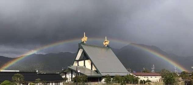 「完全に降りてる」「なんて神々しい」 出雲大社近くにかかった虹が見事すぎると話題に