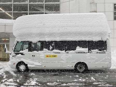 数日前の「雪不足」が嘘のよう... 新潟のスキー場に突如出現した「2階建てバス」がこちら
