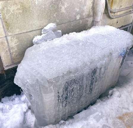 「こりゃもうお手上げ」「氷河期じゃんマジで」  那須高原で氷漬けになった室外機が発見される