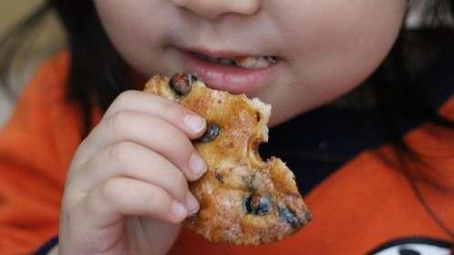 せんべいやポテチなどの食べかすなど小さなゴミを意味する(画像はイメージ)