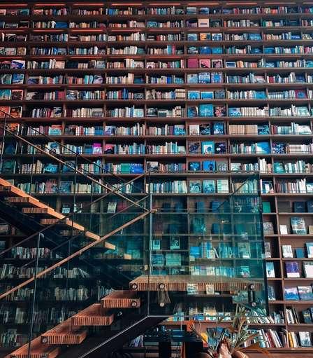 まるでハリポタの世界...! 本がフワフワ飛んできそうな巨大本棚が枚方にあった